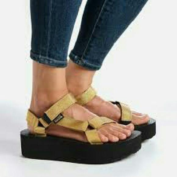9993a668d Teva Flatform Universal Women's Sandal size 9. M_580980526a58304eec003cea