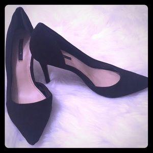 Black pointed pumps 