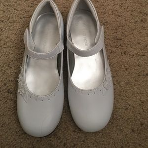 Jumping Jacks Other - Little girl white dress shoe