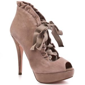 """Betsey Johnson """"Luvey"""" Taupe Suede size 7.5 *rare*"""
