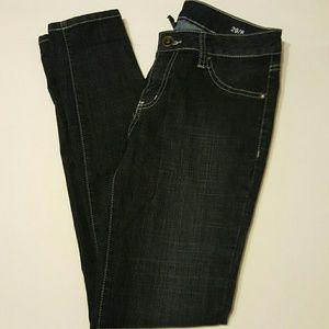 Dark skinny jegging jean