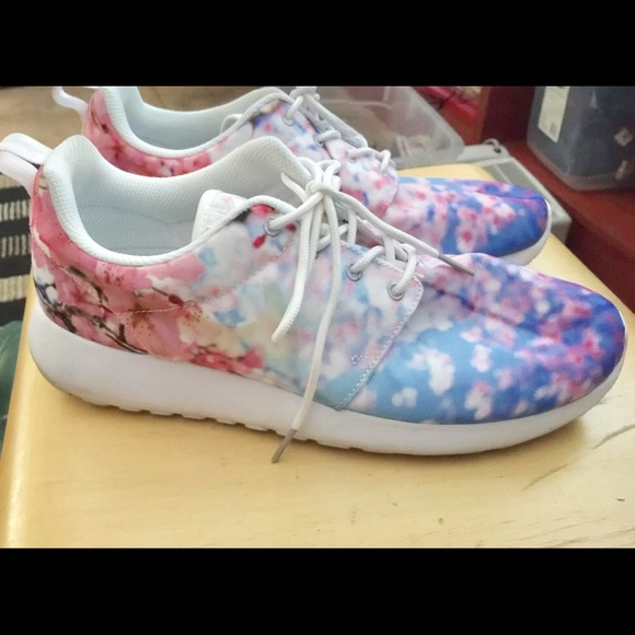 online store 054b4 84fd7 Nikes Roshe One cherry blossoms size 9.5. M 581115ba78b31c78fe01248f