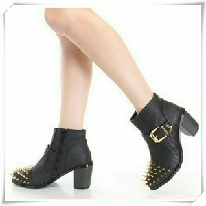 Liliana Shoes - ❤💞 HP 🌻🍓 Booties with spikes.