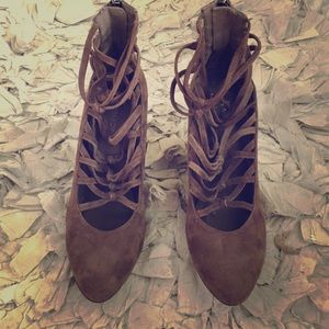 B Makowsky strappy heels