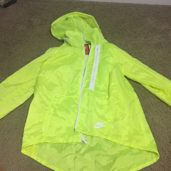 ebe0bdcaf8 Neon Yellow Nike Windbreaker. M 581554de6d64bcc5a009e0be