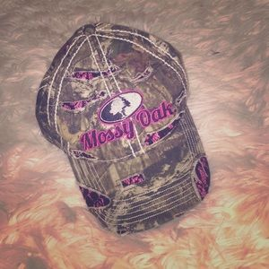 Really cute mossy oak hat with black and pink.