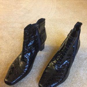 Super shiny, super sexy, Bandolino textured boots.