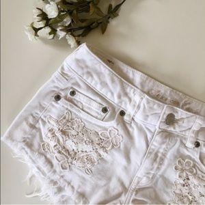 [aeo] • [white festival crochet pocket shorts]