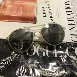 Accessories - Gray sunglasses