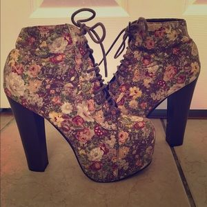 Floral pattern booted-heels