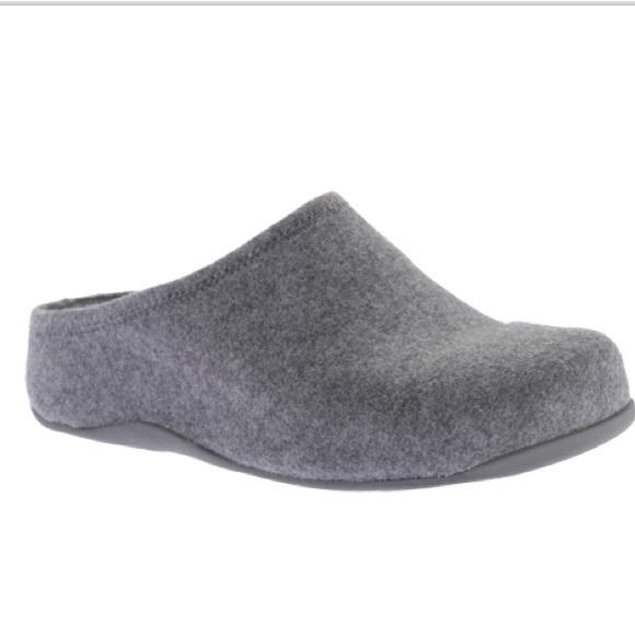cccd3e68ee2879 FitFlop Women s Shuv Felt Clogs In Light Grey.