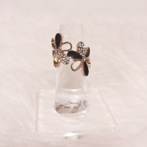 Jewelry - Sophisticated Black & Gold Floral Ring