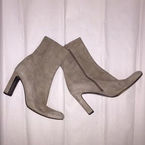 DKNY size 6 putty tan SUEDE side zip ANKLE BOOTS