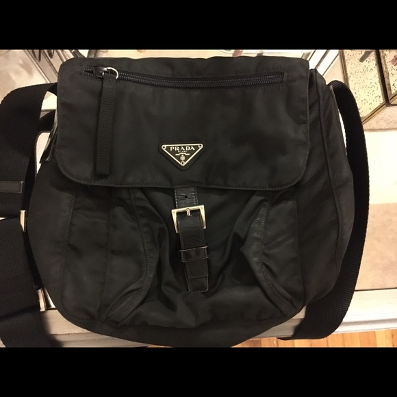 06c639d4b0  AUTHENTIC  Prada Vela Flap Front Messenger Bag. M 5825ed604225bec20e06ab95