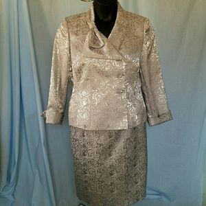 Le Suit Dresses & Skirts - ⬇WEDDING LE SUIT SILVER JACQUARD 2PC SUIT NWOT 14P