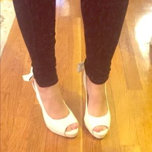 Anne Michelle Shoes - SUPER CUTE white peep toe heels with bow detail
