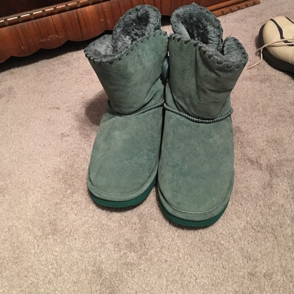 09ef9795835 Like new lamo shearling lined boots in green