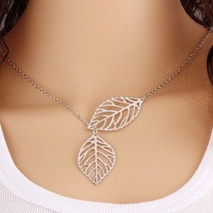 Jewelry - 🔥1 HR SALE🔥Adjustable Silver 2 Leaf Necklace