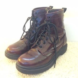 Doc Martens exploded onto the alternative fashion scene in the s and became an icon of punk rock. In the '90s and again in the s, they came back with a vengeance and are still as popular as ever.