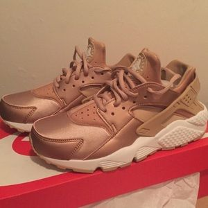 nike shoes rose gold air huaraches poshmark. Black Bedroom Furniture Sets. Home Design Ideas