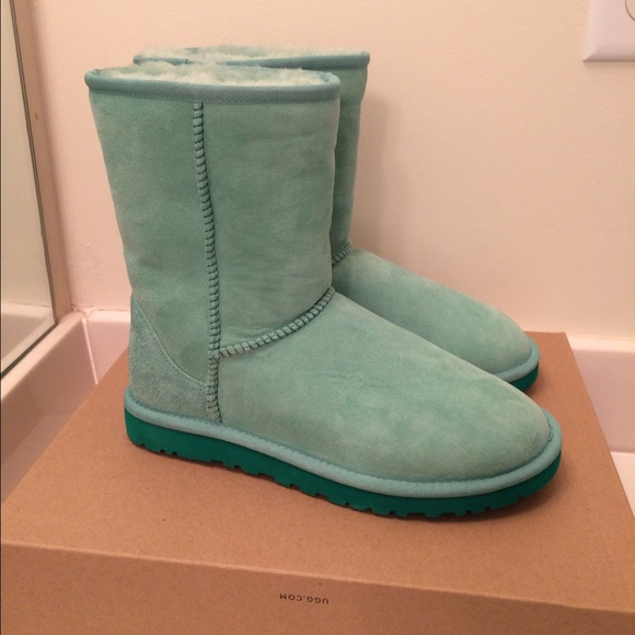 8150171f0e8 NWT UGG Classic Authentic Short Green Boots NWT