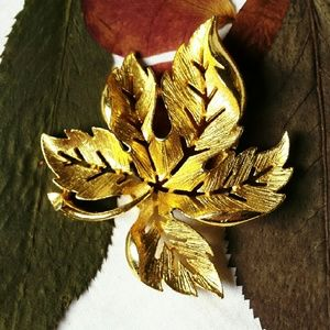 Jewelry - Vintage Gold Tone Leaf Brooch