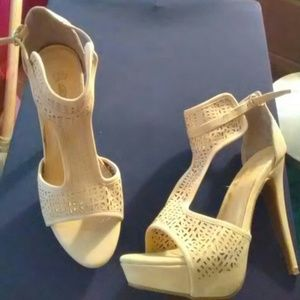 Shoes - Tan heels size 9