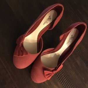 Red LELA ROSE pumps with bow