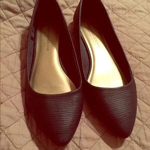 Pointed black flats
