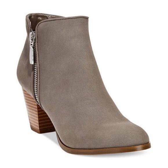 84985e29eedb NWB Style   Co Jamila Gray Zip Booties