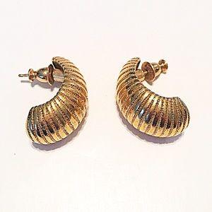 Monet Jewelry - 👂🏼Vintage Monet Gold Shell Post Earrings