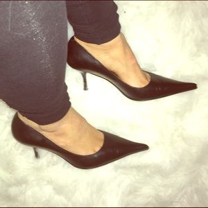 Paoloni Shoes - Extremely pointy toe black leather kitten heels.