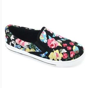 ositos Shoes - Black floral slip on shoes