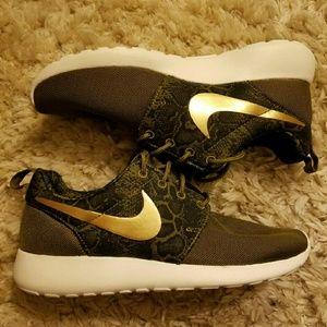 Nike Shoes - Nike Roshe