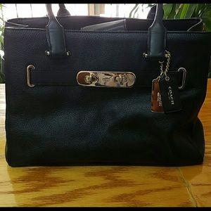Coach Handbags - 💋Coach Swagger Carryall💋