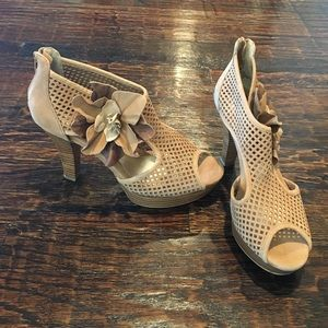 NWT SOFFT NEUTRAL FLORAL HEELS
