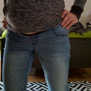Distressed maternity skinny jean. Stretchy