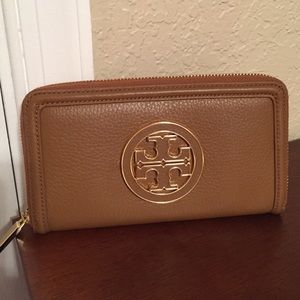 "Tory Burch ""Amanda"" wallet in Bark Leather. NWT."