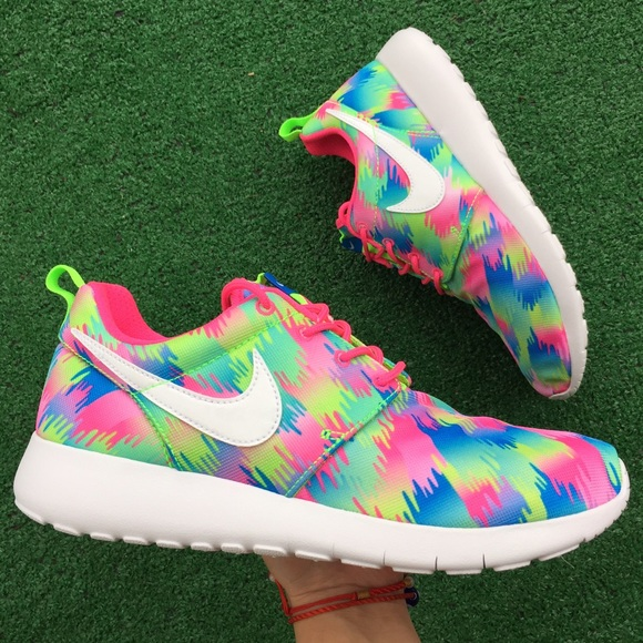 buy popular e7061 598c4 Women's Nike Roshe one print sneakers NWT