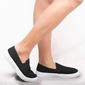 NWT. Black sneaker