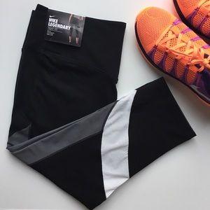 Nike Legendary Tight Fit Capris