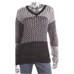 Two by Vince Camuto Sweaters - Two by Vince Camuto contrast knit v-neck sweater L