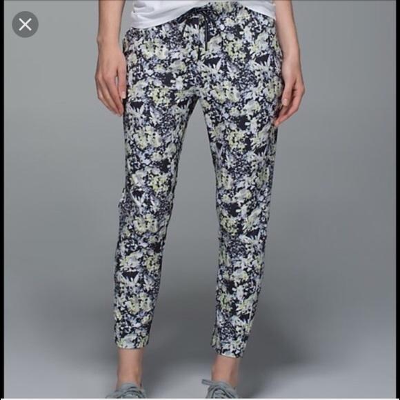 52c6a0a70 lululemon athletica Pants - Lululemon jet crop RARE floral