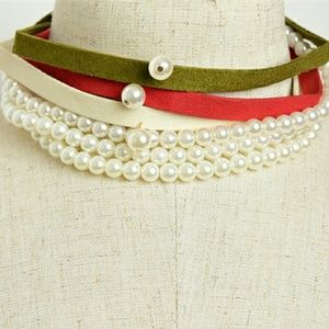 Jewelry - Olive green faux suede and faux pearl choker