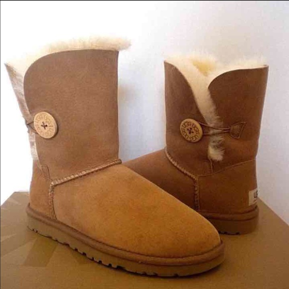 Nwt womens chestnut short Bailey button ugg boots