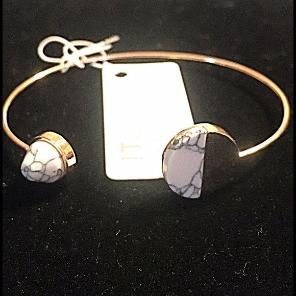 Jewelry - 🎹👉🏼Dainty Gold Circle Cuff-White Howlite