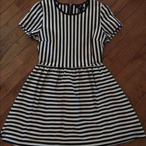Forever 21 ~ black and white striped dress ~ M