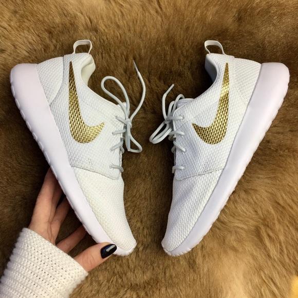 eba2b0554c13 NWT Nike id custom gold swoosh roshe