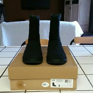 Ugg Women's quilted Short 3176 Black Boot Sz 5