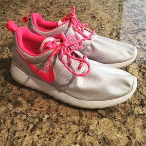 separation shoes 42e72 2beda Gray/pink Girls Nike roshe 2.5Y